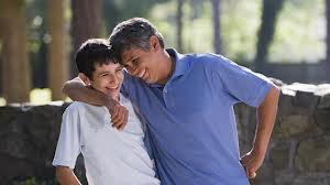 padre abraza adolescente