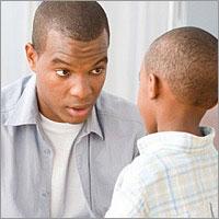 papa retando hablando mirada a hijito